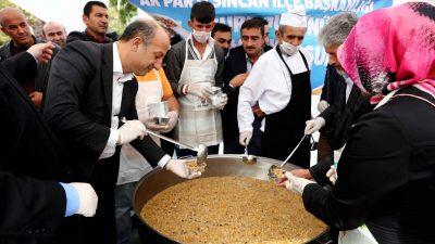 Arslan Sincan'da aşure dağıttı, gençlerle buluştu